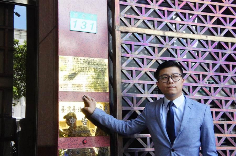 蘇嘉全今早委託律師房彥輝到台北地檢署,控告爆料的國民黨文傳會主任王育敏、台北市議員羅智強、游淑慧3人加重誹謗。(陳志賢攝)