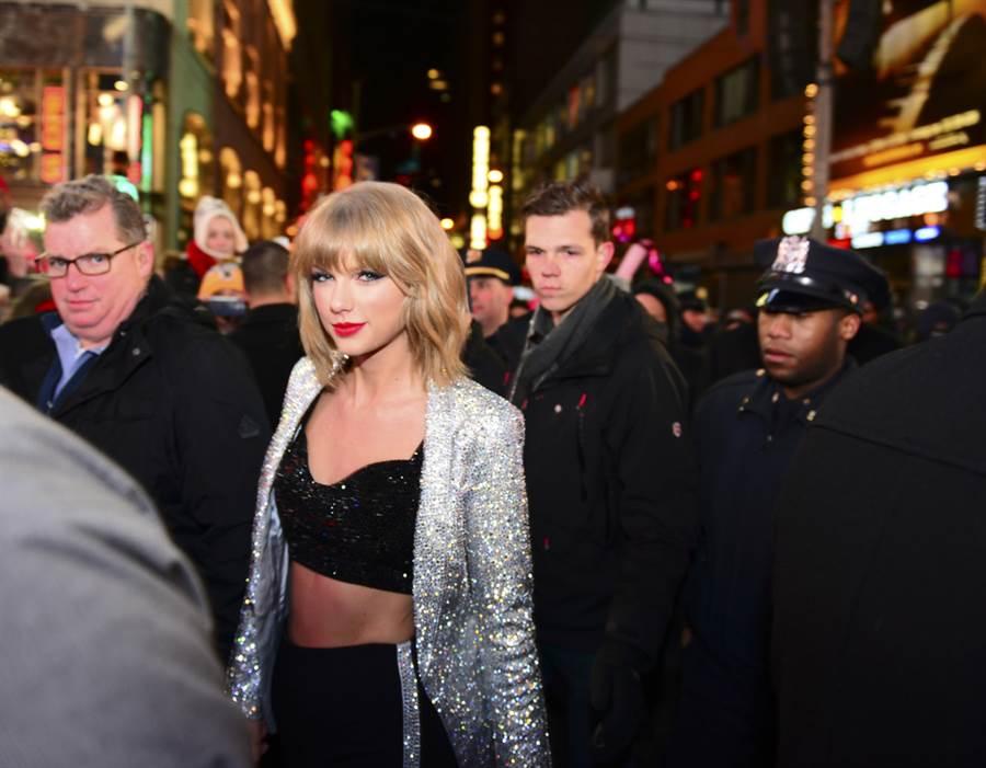 泰勒絲跨年於時代廣場。(圖/shutterstock達志影像提供)