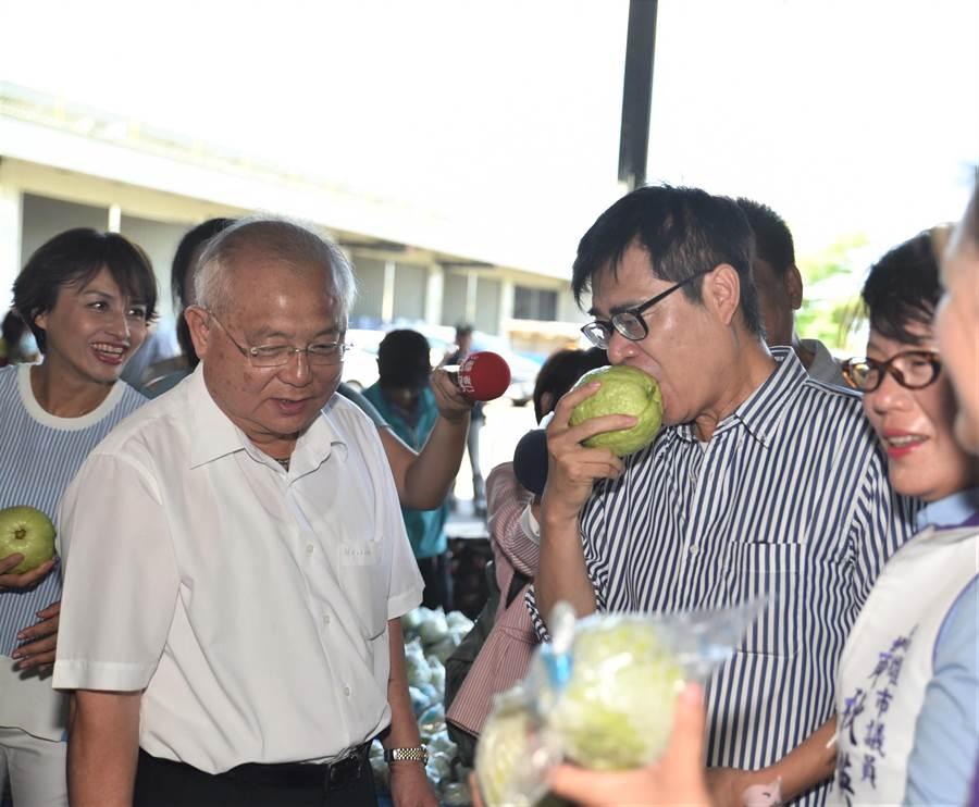 民進黨高雄市長補選參選人陳其邁(右)21日走訪燕巢農會多功能集貨中心,並品嘗芭樂。(林瑞益攝)