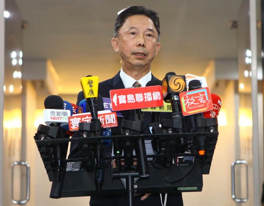 台北、上海雙城論壇22日在台北市晶華酒店登場,台北市政府發言人周台竹21日公布大會主視覺。(張立勳攝)