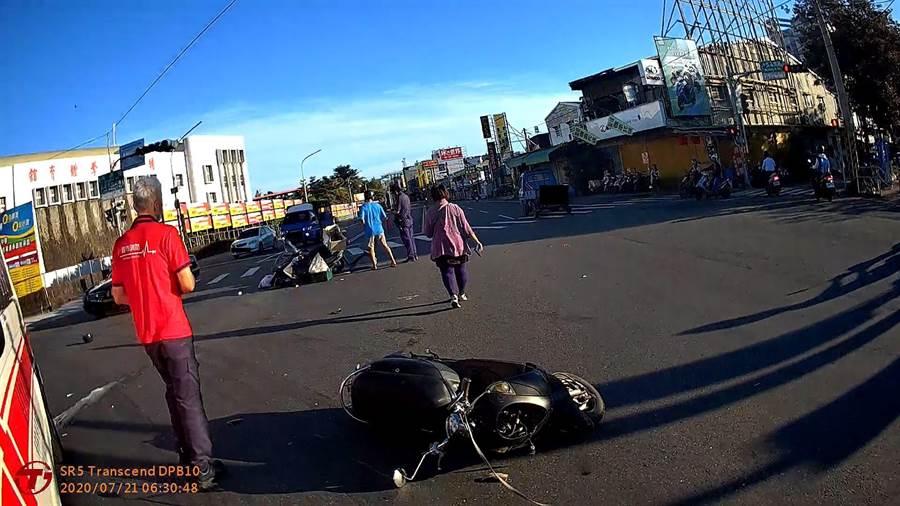嘉義市軍輝橋頭21日一早6點多發生一起汽車連續擦撞3輛機車事故,一毛小孩失去生命跡象。(嘉市消防局提供/呂妍庭嘉義傳真)