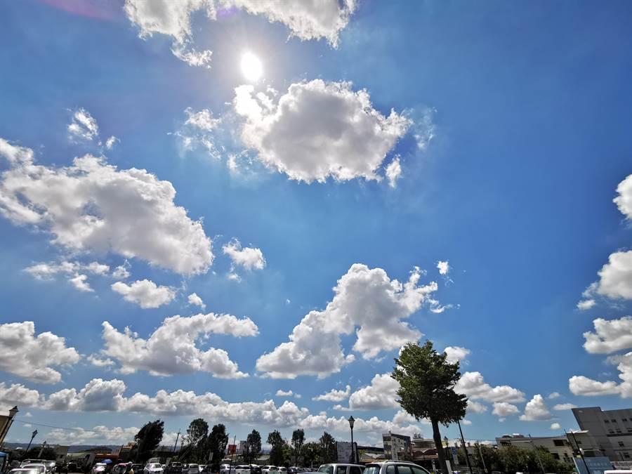 太陽高掛熱情的招呼所有彰化鄉親,高溫酷暑讓民眾大喊吃不消。(吳建輝攝)