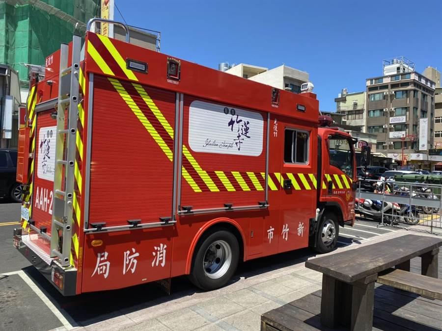 為了協助守護新竹市民生命安全,新竹市竹蓮寺21日捐贈新竹市消防局1輛消防先鋒車。(陳育賢攝)