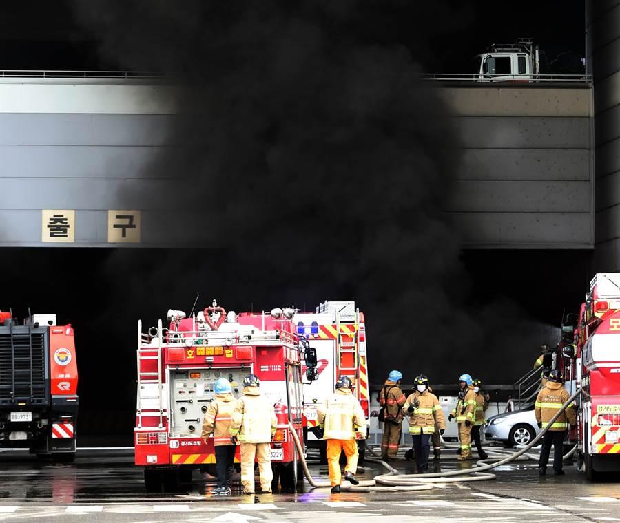韓國首爾南部龍仁市的物流中心7月21日失火,至少導致3人死亡,圖為消防人員設法灌救的畫面。(達志圖庫/TGP)