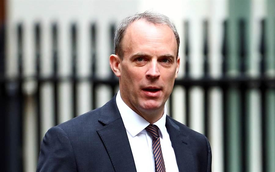 反制香港《國安法》實施,英國20日宣佈無限期暫停英國與香港間的引渡協議,倫敦同時宣布將對香港實施武器禁運。圖為英國外交大臣拉布。(資料照/路透社)