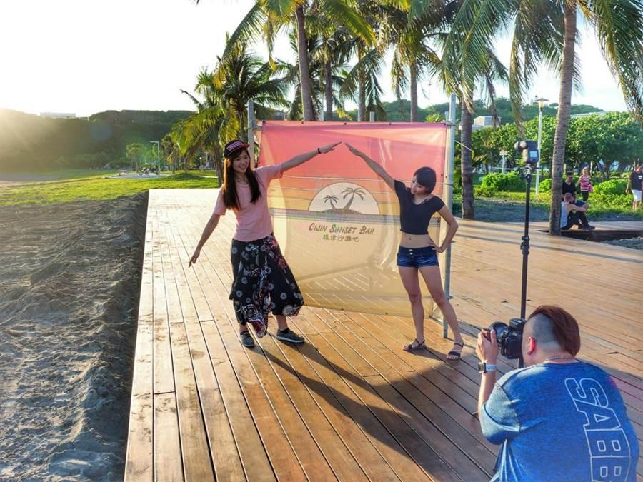 高市府打造旗津觀夕平台,推出「日落攝影棚」活動,邀請專業攝影師以拍立得幫民眾和夕陽合影。(高市觀光局提供/柯宗緯高雄傳真)
