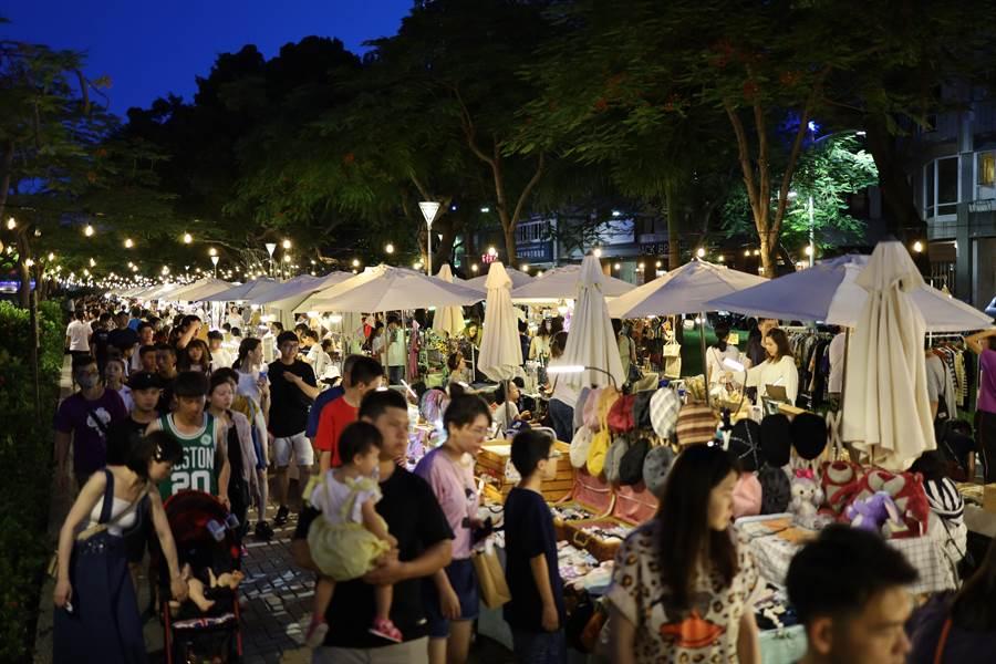 高市府這周將在愛河擴大舉辦愛河三輪餐車活動「孩子們的夏天」,並有百把大提琴演奏。(高市觀光局提供/柯宗緯高雄傳真)