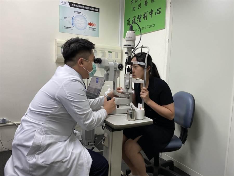 角膜塑鏡片為衛生福利部核准之第三等級高風險性醫療器材,只能由眼科專科醫師執行。(馮惠宜攝)