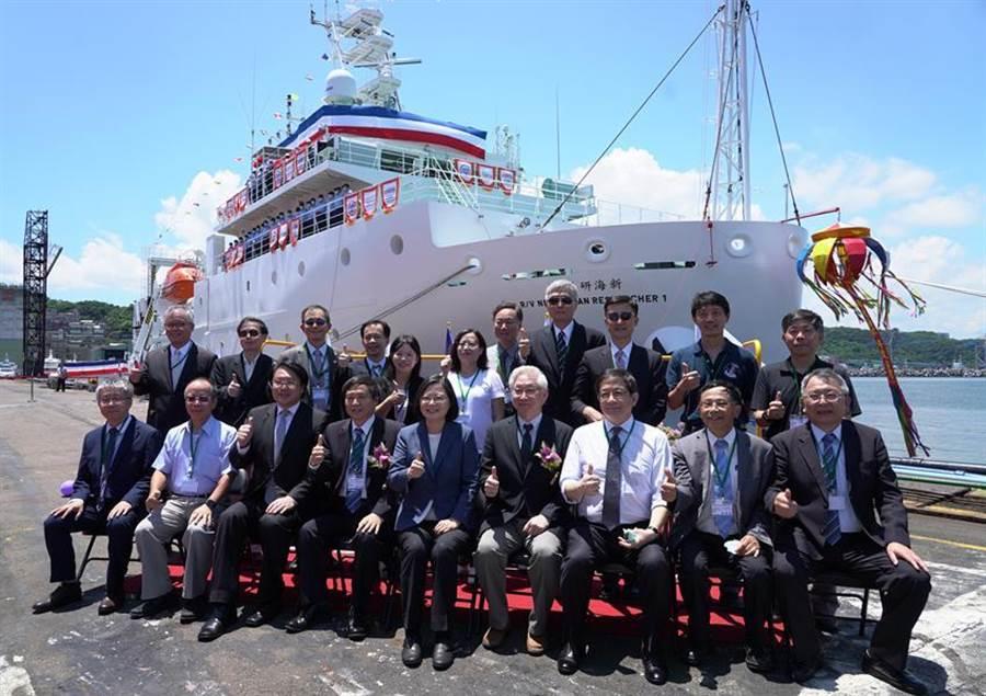 蔡英文總統(前排中)和典禮貴賓在新船前合影。(圖/台船提供)