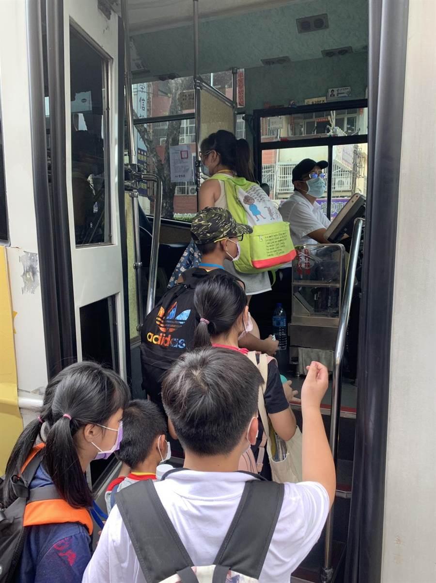 孩子们搭乘大眾交通运输工具,畅游台中山海屯各区。(南台中家扶提供/陈世宗台中传真)