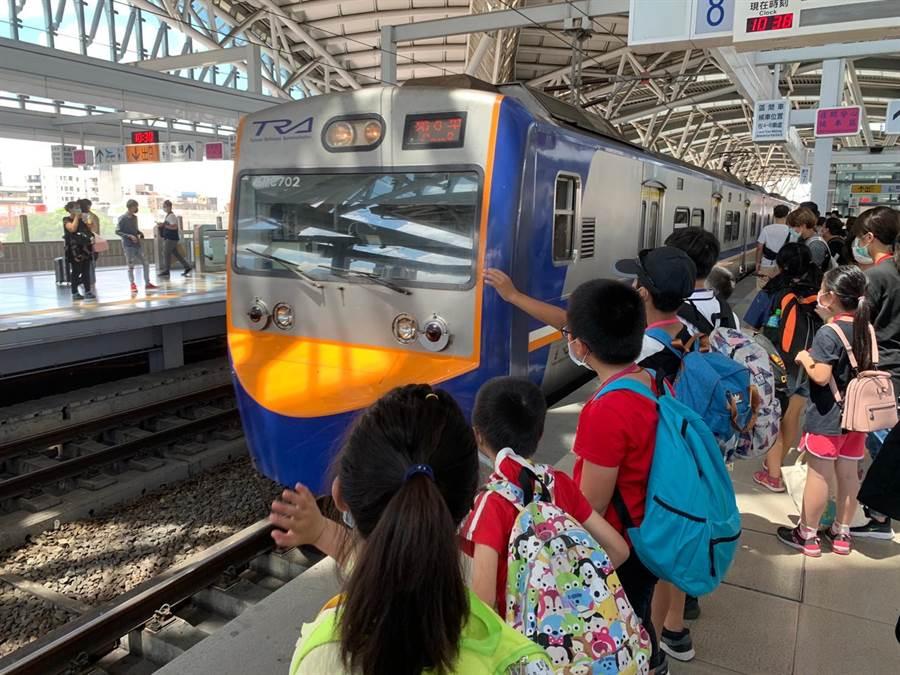 看到火车进站,孩子们开心挥挥手。(南台中家扶提供/陈世宗台中传真)
