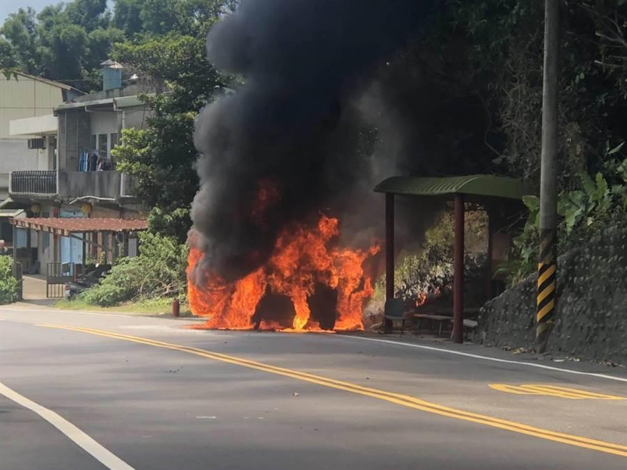 車子突然不明原因突然起火燃燒,並波及路旁的公車亭,公車亭一半被燻黑(翻攝照片/戴上容新北傳真)