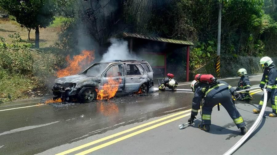 車子突起火燒成廢鐵還波及公車亭 (翻攝照片/戴上容新北傳真)