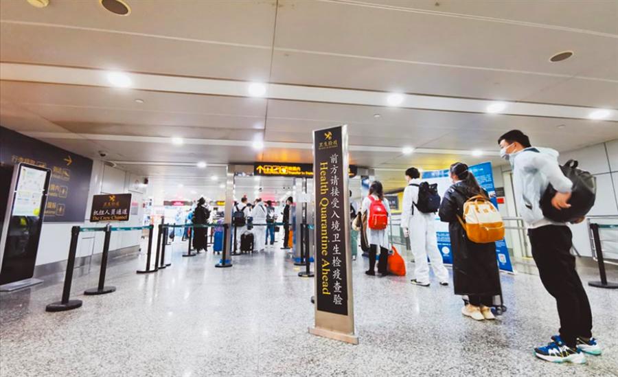 圖為今年3月,經廣州白雲國際機場入境的人員排隊接受核酸檢測。(新華社)