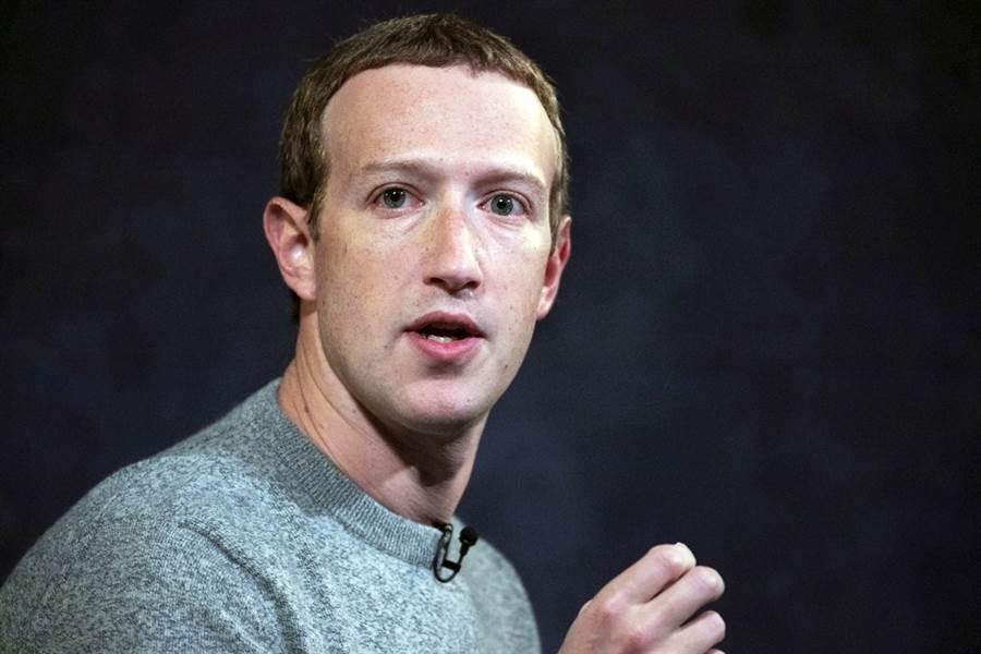臉書執行長祖克柏(Mark Zuckerberg)18日衝浪時被拍到臉上擦了厚厚一層防曬乳,慘白的臉色在外國網友間引起熱烈討論。(資料照/美聯社)