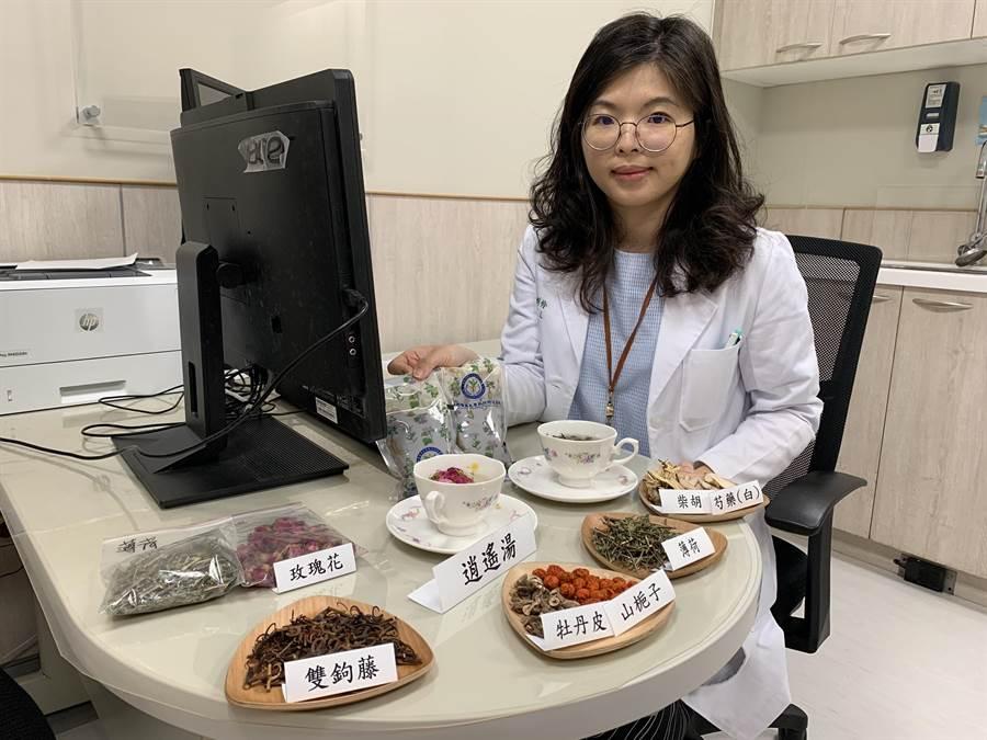 中國醫藥大學新竹附設醫院中醫師沈俐伶說明更年期症狀,及減緩症狀方式。(莊旻靜攝)