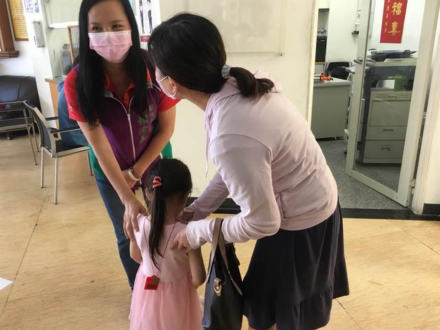 彰化縣議員賴清美陪母親到警所等待接女兒回家。(賴清美提供/謝瓊雲彰化傳真)