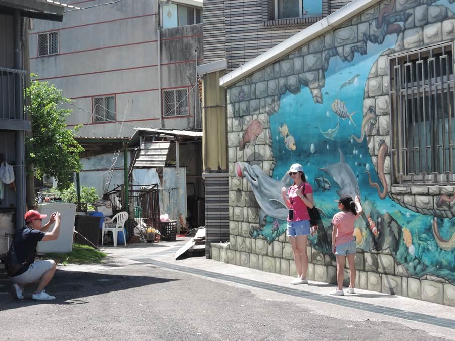 正值暑假期間,嘉義縣布袋鎮好美里3D彩繪村的人潮仍是稀稀落落。(張毓翎攝)
