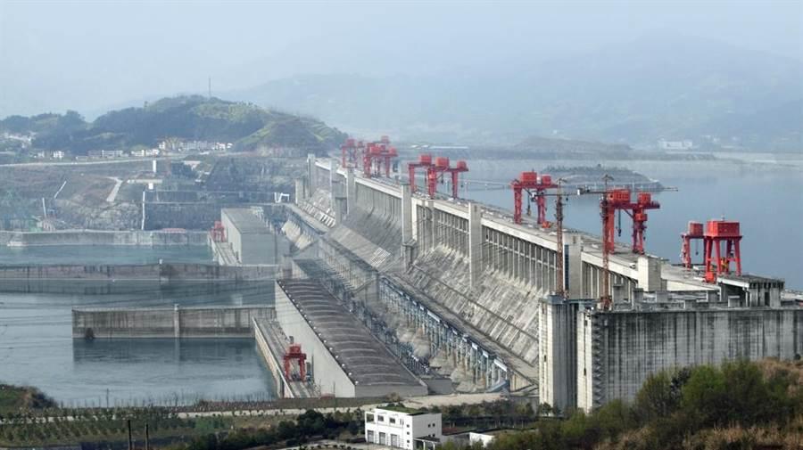 三峽大壩傳「潰壩」,成大水利專家:非常安全。(示意圖/Shutterstock)
