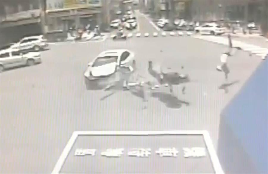 中市大里國光路,21日近午發生一輛轉彎轎車,衝撞機車,機車騎士被撞飛,騰空翻了一圈,滑入路旁車底。(霧峰分局提供/黃國峰台中傳真)