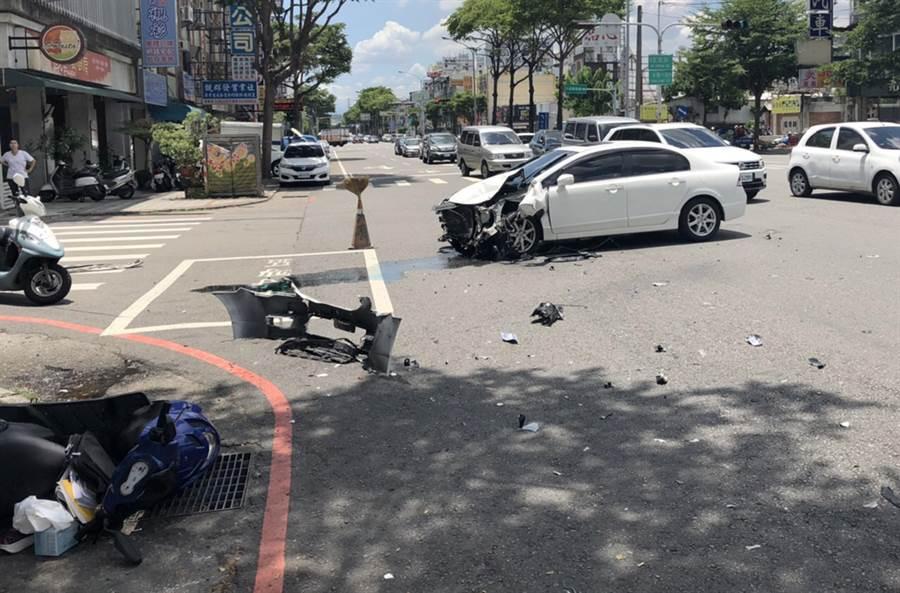 中市大里國光路,21日近午發生一輛轉彎轎車,衝撞機車,造成一人昏迷、一人擦挫傷,並多輛機車受損。(霧峰分局提供/黃國峰台中傳真)