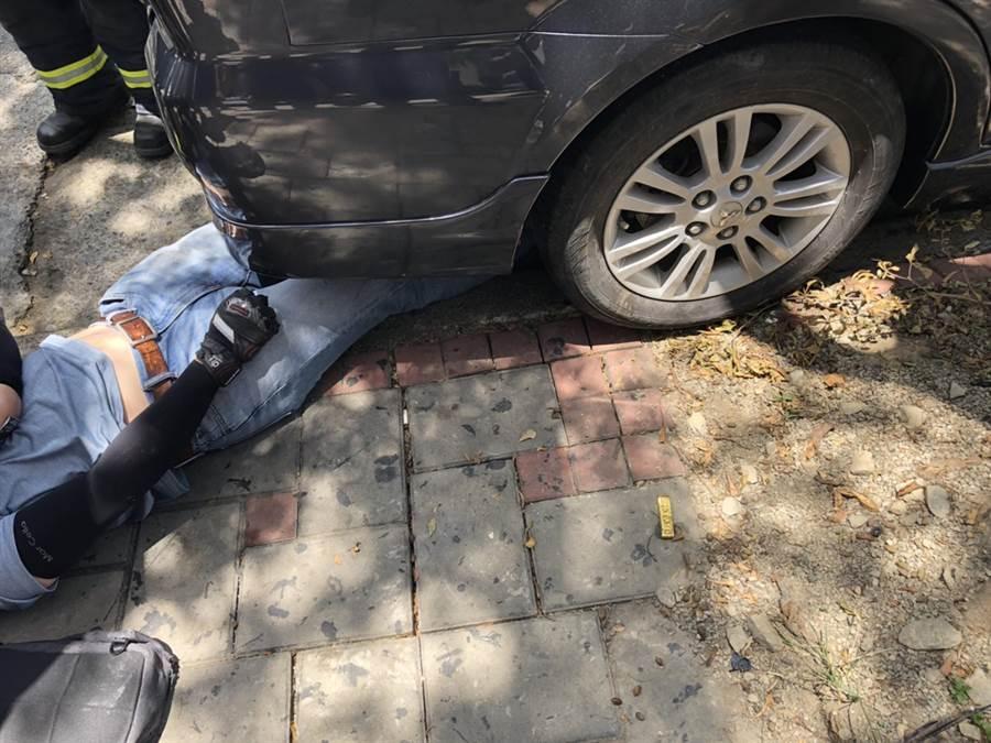 中市大里國光路,21日近午發生一輛轉彎轎車,衝撞機車,機車騎士被撞飛,騰空翻了一圈,滑入路旁車底,。(民眾提供/黃國峰台中傳真)