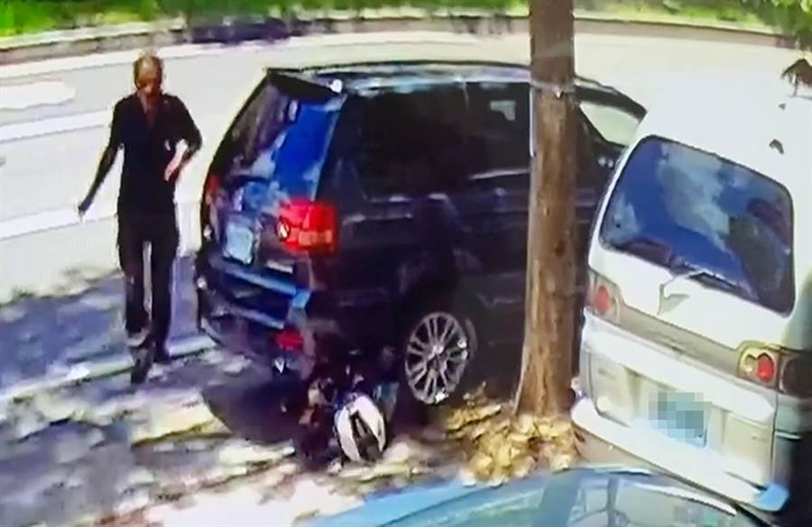 中市大里國光路,21日近午發生一輛轉彎轎車,衝撞機車,機車騎士被撞飛,騰空翻了一圈,滑入路旁車底。(民眾提供/黃國峰台中傳真)