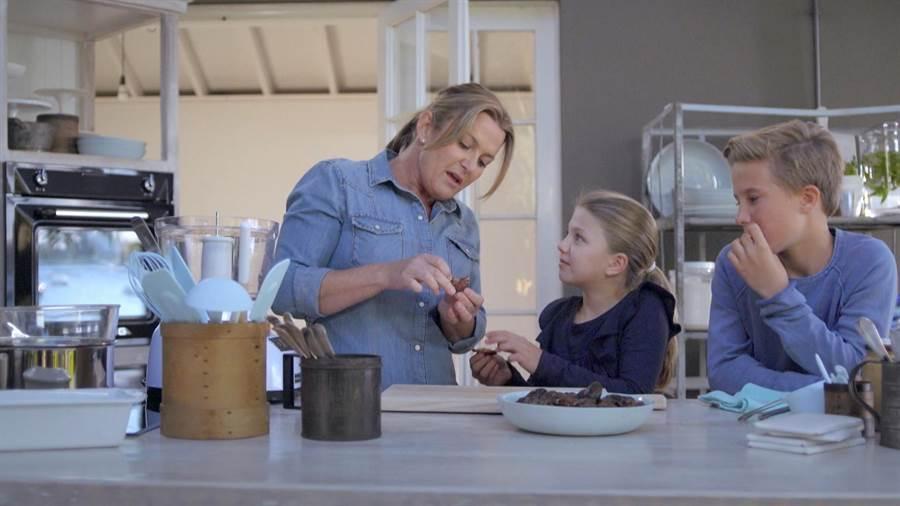 唐娜海帶領孩子進入美食魔法世界。(旅遊生活頻道提供)