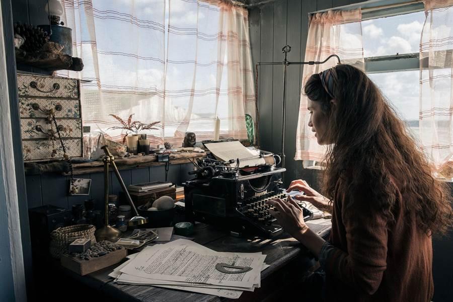 潔瑪雅特頓入住綺拉奈特莉《贖罪》浪漫海濱小屋。(威視電影提供)