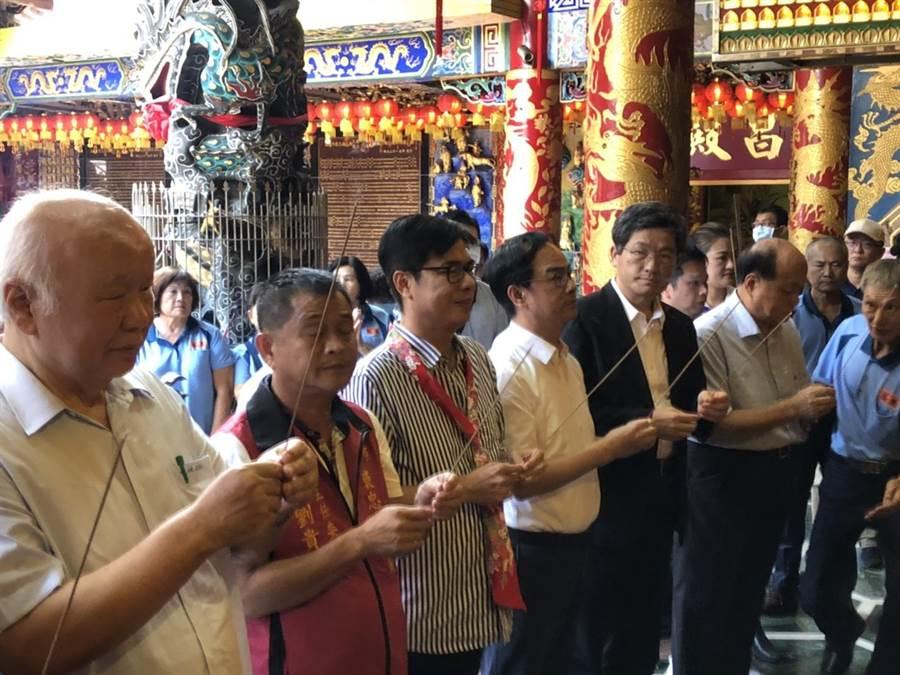 民進黨高雄市長補選參選人陳其邁21日下午前往三民區褒忠義民廟參拜。(洪浩軒攝)