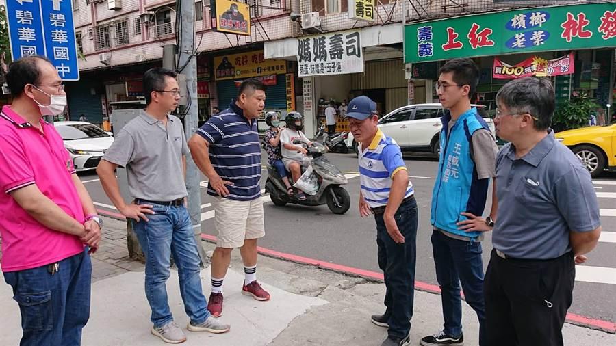 市議員王威元服務團隊前往會勘要求改善(戴上容攝)