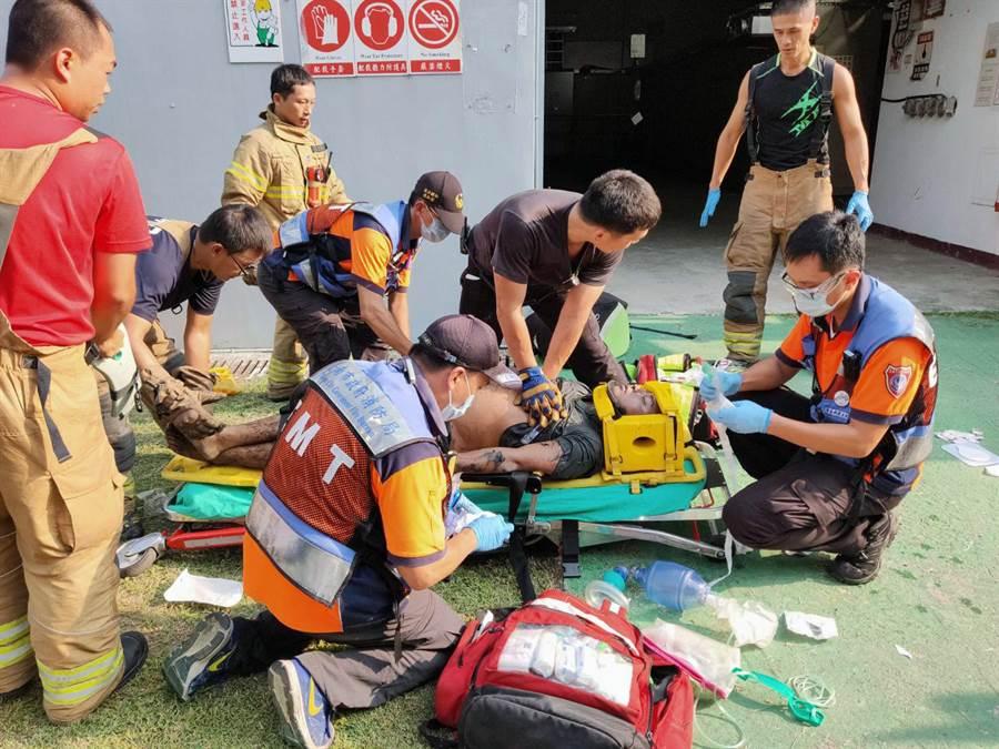 被救出的外包工人已無生命跡象,消防人員以心肺復甦術搶救。(洪榮志攝)