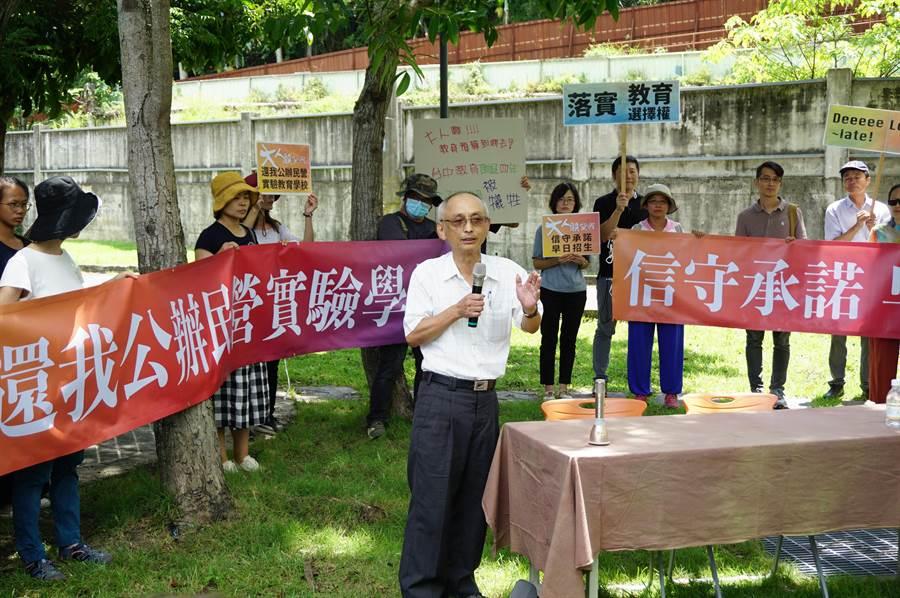 山城週刊社長吳鎮坤發起成「還我公辦民營實驗學校促進會」抗爭到底。(王文吉攝)