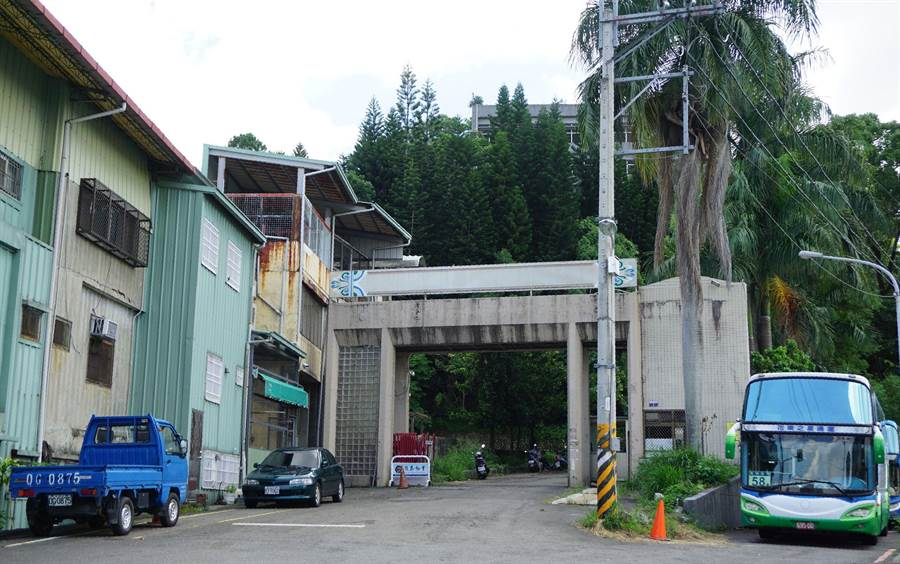 舊東勢高工因921地震多棟校舍毀損,遷校後荒廢至今。(王文吉攝)