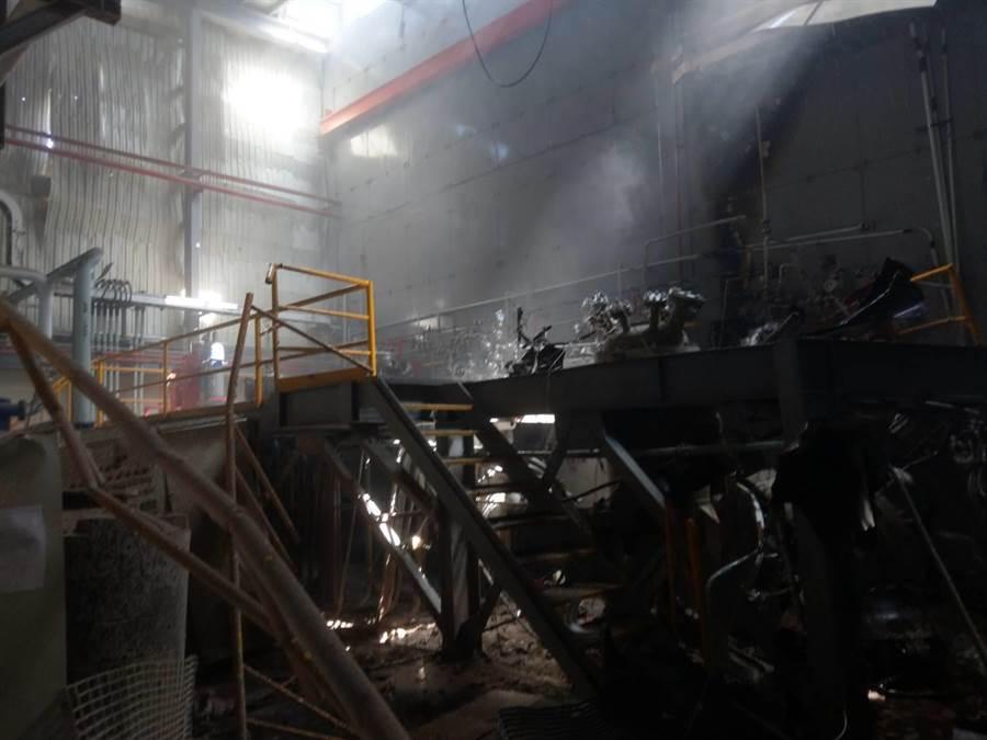 彰濱工業區線西區一家化學公司實驗室下午發生氣爆意外,現場一片狼藉,受波及的2名男員工有一人手臂撕裂傷送醫;100平方公尺面積被炸到面目全非。(民眾提供/謝瓊雲彰化傳真)
