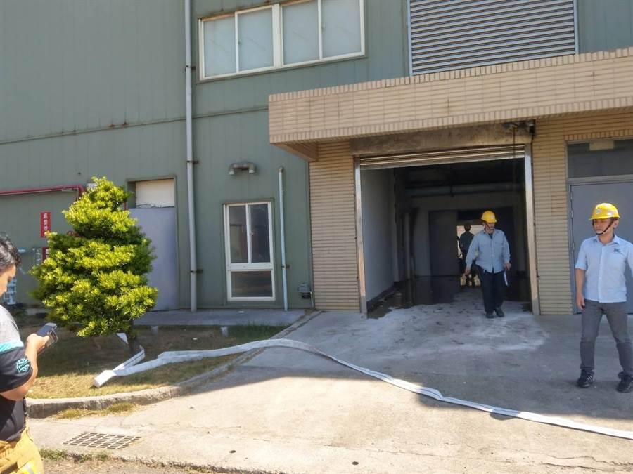 彰濱工業區線西區一家化學公司實驗室下午發生氣爆意外,詳細爆炸原因消防人員正再進一步調查釐清。(民眾提供/謝瓊雲彰化傳真)