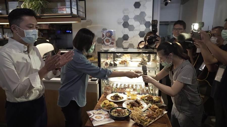 蔡英文總統21日到新竹市花三倍券,買了美式拼盤、泰式料理等,初體驗花了1100元。(陳育賢攝)