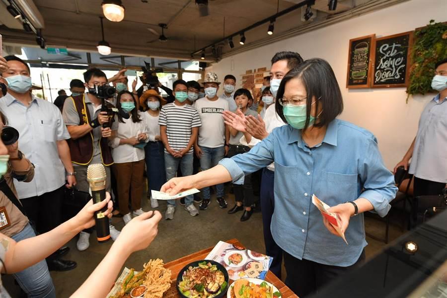 蔡英文總統21日到新竹市花三倍券,買了美式拼盤、泰式料理等,初體驗花了1100元。(新竹市政府提供/陳育賢新竹傳真)