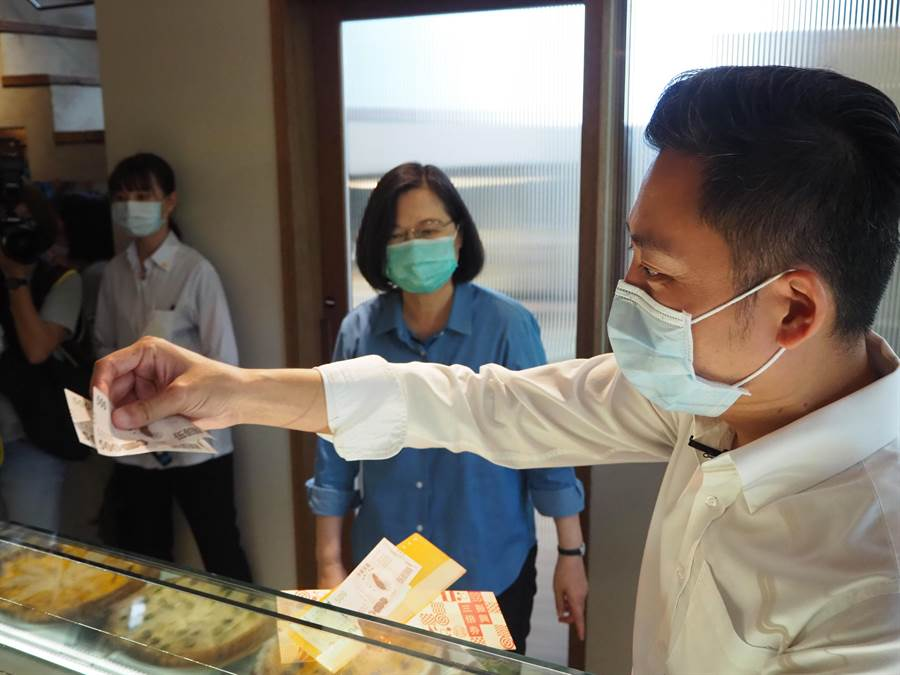 蔡英文總統21日在新竹市長林智堅陪同下,到新竹市花三倍券,買了美式拼盤、泰式料理等,初體驗兩人共花了3200元。(陳育賢攝)
