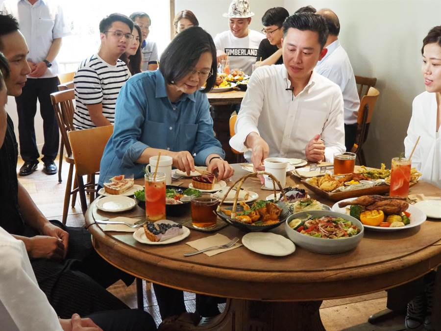 蔡英文總統21日首次花三倍券,買了美式拼盤、泰式料理等一桌子美食。(陳育賢攝)