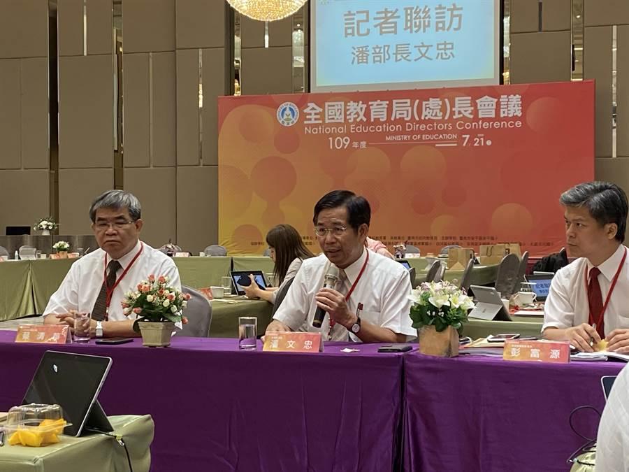 教育部長潘文忠(中)表示,推動台灣成為雙語國家,預計明年起,英語教育經費提升10倍。(林志成攝)