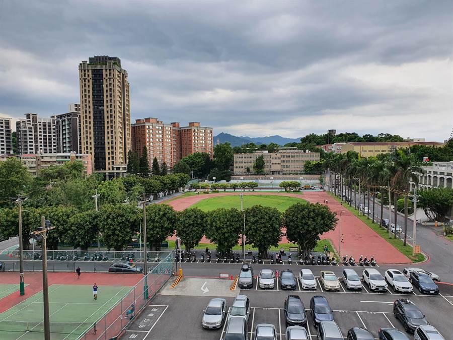 新北市政府擬在中和區民安街運動場興建「銀新生活城」。(葉書宏攝)