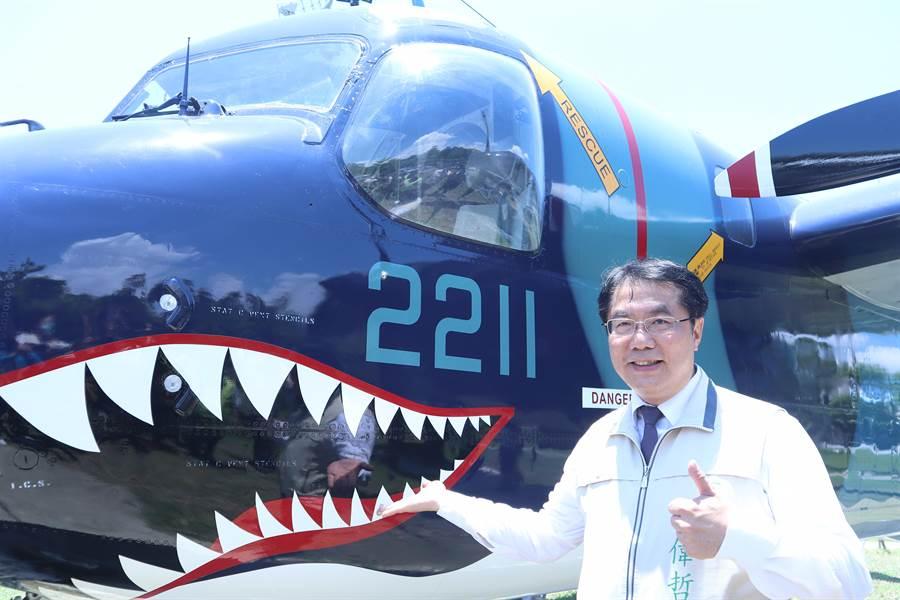 身為軍事迷的台南市長黃偉哲,歡迎民眾至台南德陽艦園區,欣賞S-2T反潛機。(李宜杰攝)