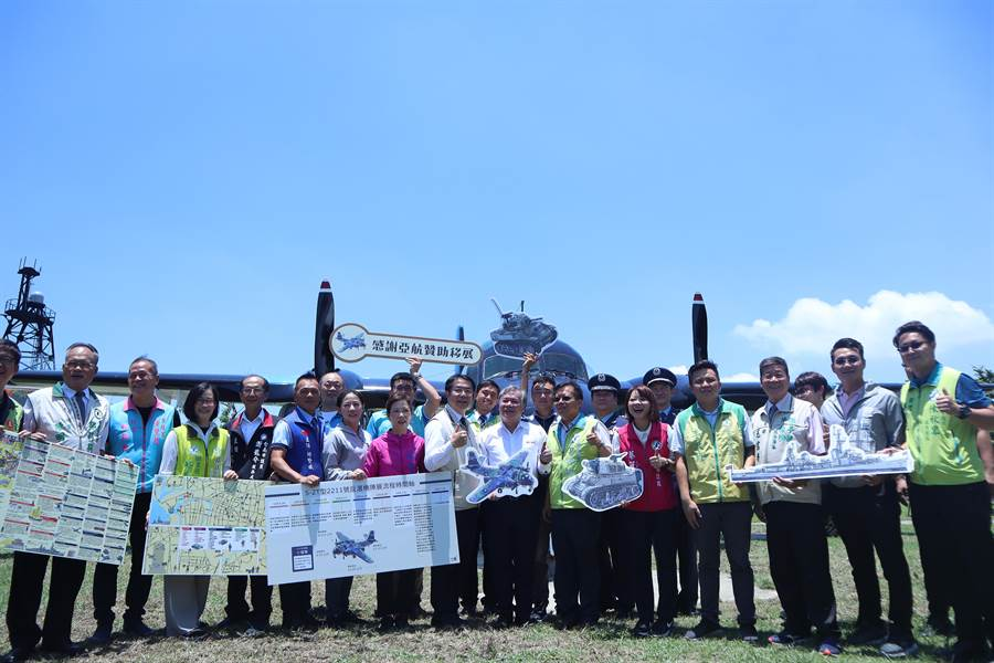 S-2T反潛機由亞洲航空運送。(李宜杰攝)