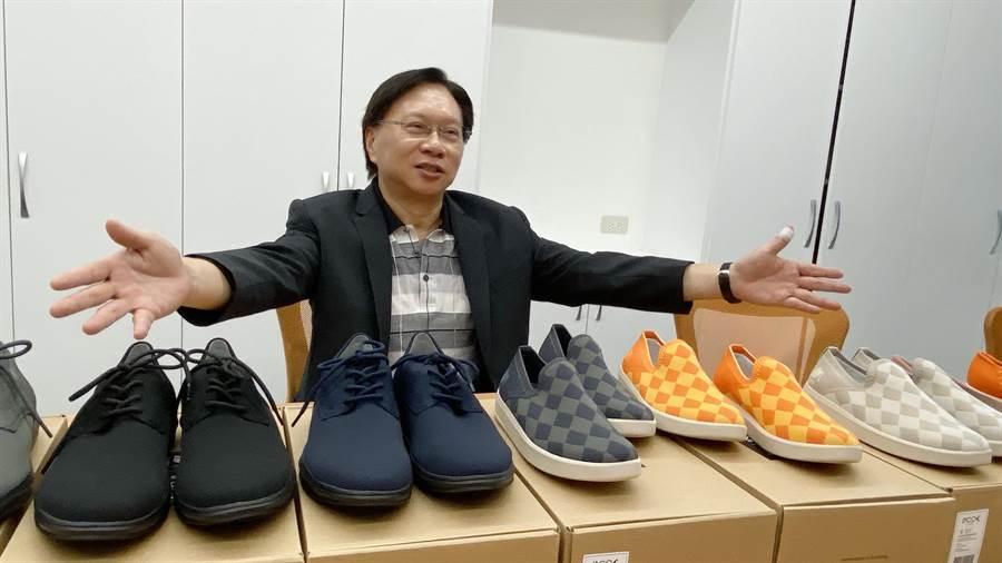 東大路思義校企董事長蔡國洲表示,所推出的針織鞋已在電商平台預售。(陳淑芬攝)