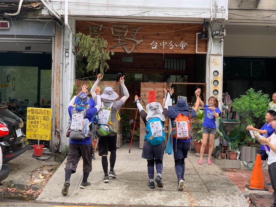 荒野保護協會台中分會的解說員,呂姮儒、蔡昇倫、孫裕福、郭柏祥4人37天走了923.7公里完成徒步環島壯舉。(呂姮儒提供/盧金足台中傳真)