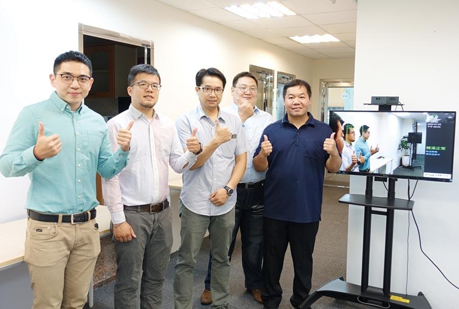 威寶數位科技公司總經理李泓儒(右一)、產品經理裴翊淵(右三)率領行銷團隊,與VT-360多點式體溫監測系統合影。圖/黃俊榮