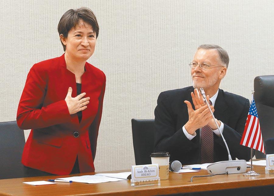 新任駐美代表蕭美琴(左)20日出席台美國會議員聯誼會成立大會,右為與會的美國在台協會台北辦事處長酈英傑。(趙雙傑攝)