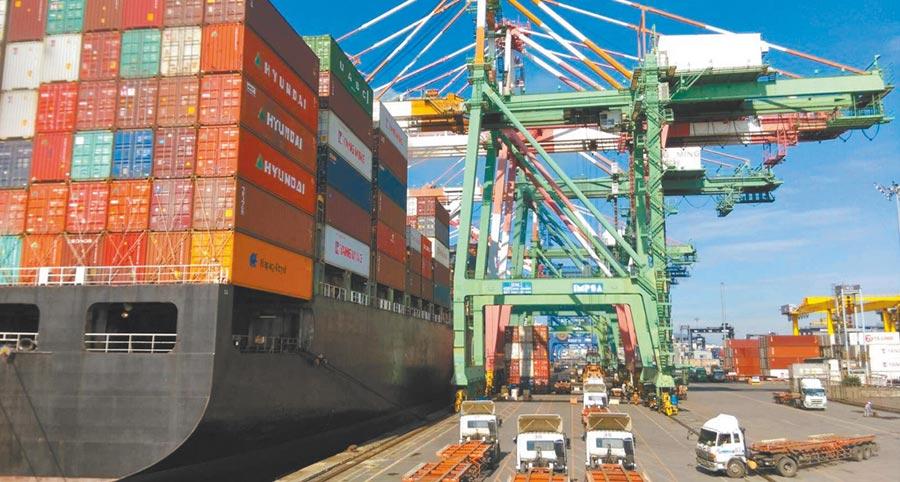 台灣6月外銷訂單連4個月正成長,總額達410億美元,創歷年同月新高,其中以中國大陸及香港暴增13%,是成長最顯著的地區。圖為高雄港貨櫃裝卸。(港務公司提供)