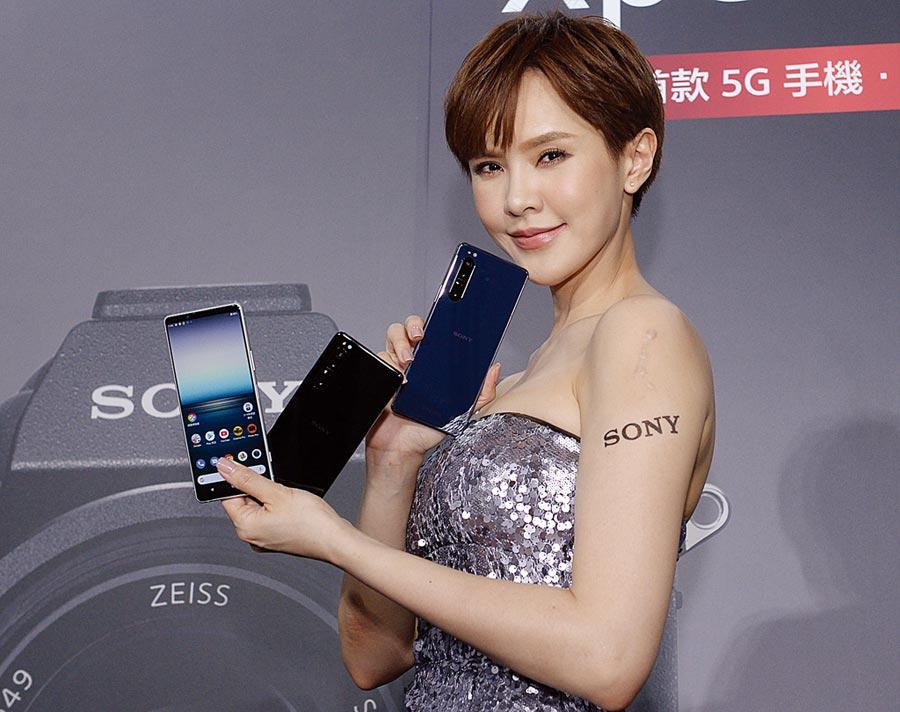 大陸手機不來,加上5G開台觀望效應,台灣6月手機銷量跌破50萬支。圖為Sony Mobile旗下首款5G手機「Xperia 1 II」。(本報資料照片)